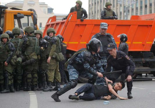 La police anti-émeute arrête un manifestant lors du rassemblement anti-corruption organisé par l'opposant Alexeï Navalny, sur la rue Tverskaïa, dans le centre de Moscou, en Russie, le 12juin 2017.