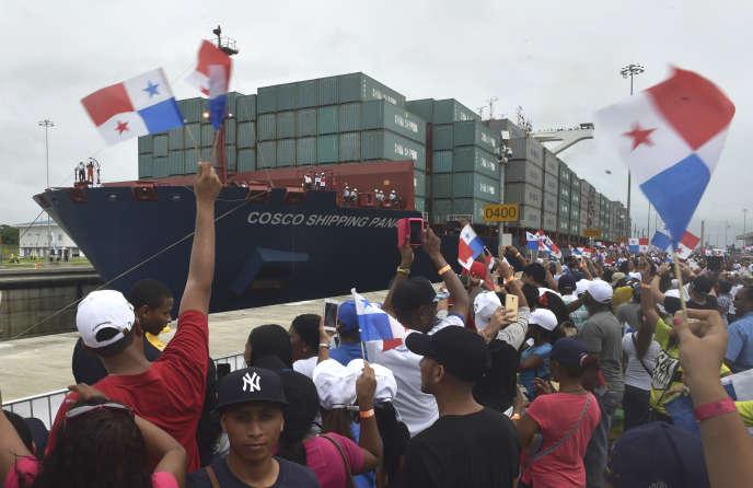 Un porte-conteneurs affrété par une société chinoise passe dans le canal de Panama, à Colon, le 26 juin 2016.