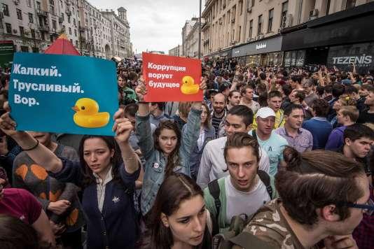 Des manifestants brandissent des canards en plastique, devenus le symbole de la corruption du pouvoir, à Moscou le 12 juin.