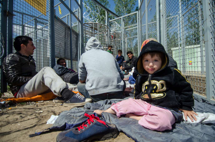 Dans la zone de transit de Röszke, en Hongrie, sur la frontière avec la Serbie, en avril 2016.
