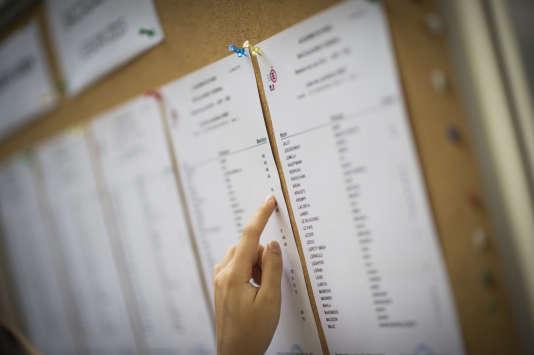 Un candidat vérifie ses notes en 2017 au lycée Georges-Brassens dans le 19e arrondissement de Paris.