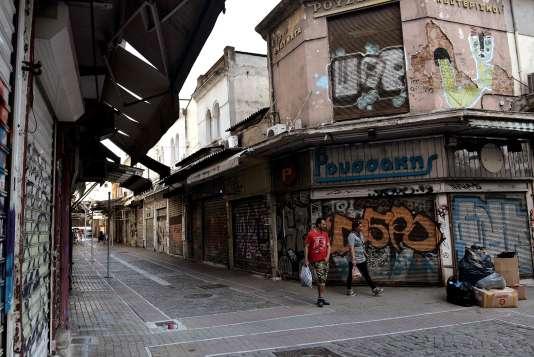 Des magasins fermés à Thessalonique, en Grèce, le 15 mai. La population exsangue espère voir enfin le bout du tunnel, après sept ans de mesures d'austérité.