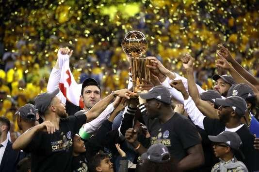 Les Warriors de Golden State célèbrent leur sacre après la victoire décisive face à Cleveland lors du cinquième match de la finale NBA.
