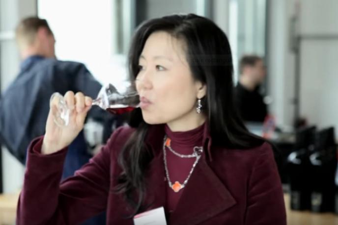 La Coréenne Jeannie Cho Lee a été la première Asiatique diplômée Master of Wine. Ses critiques sont aujourd'hui très suivies sur l'important marché chinois.
