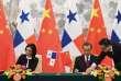 La vice-présidente et ministre des affaires étrangères du Panama, Isabel de Saint Malo, et le chef de la diplomatie chinoise, Wang Yi, signent un communiqué commun établissant des relations diplomatiques entre leurs deux pays, le 13 juin.