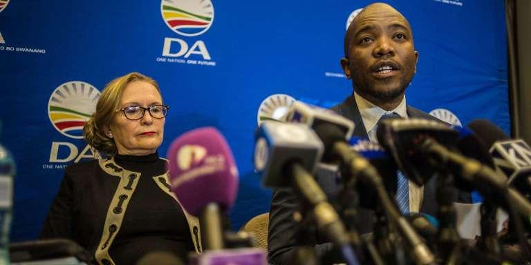 Mmusi Maimane, dirigeant actuel de l'Alliance démocratique (DA), et Helen Zille, qui l'avait précédé à ce poste, ont donné une conférence de presse, mardi 13 juin 2017 à Johannesburg.