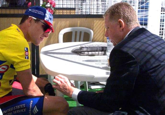 L'ancien président de l'UCI, Hein Verbruggen, discute avec l'Américain Lance Armstrong, le 8 juin 1999, lors du critérium du «Dauphiné Libéré».