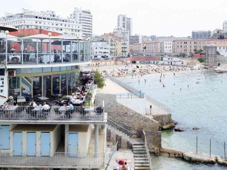 La plage des Catalans et le Cercle des nageurs.