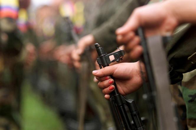 Un combattant des Forces armées révolutionnaires de Colombie (FARC) participe à un défilé dans le camp de Villa Colombie, près de San Vicente del Caguan, dans la province de Caqueta, Colombie, le 29avril 2000.