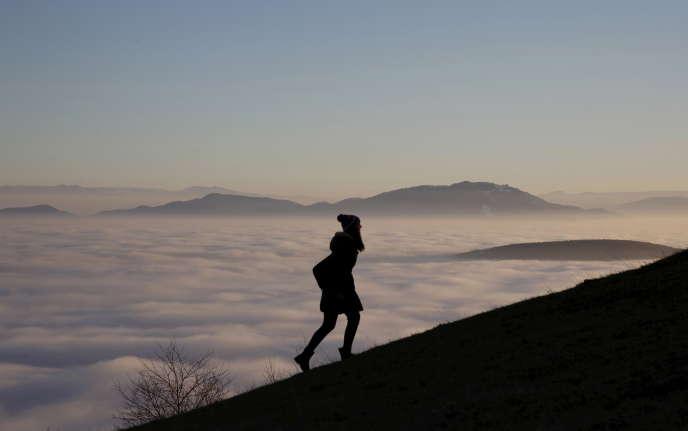 Une femme gravit la chaîne de montagne Smetovi près de Zenica, en Bosnie-Herzégovine, le 20 décembre 2015.