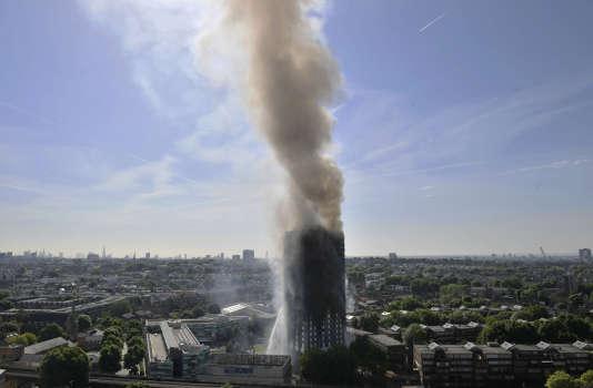 La tour Grenfell en feu, à Londres, le 14 juin.