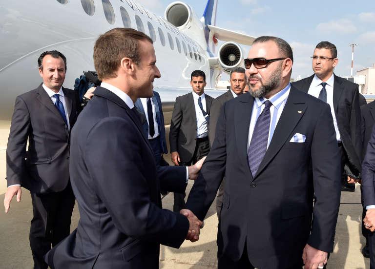 Le président français Emmanuel Macron serre la main au roi du Maroc Mohammed VI à son arrivée à Rabat, le 14 juin 2017.