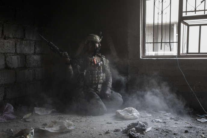 Naji, un soldat irakien, dans le souk de Mossoul (Irak), le 19mars.