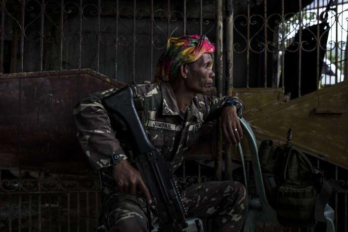 Un soldat philippin, Jaike Usman Jumdail, garde un check-point à l'entrée de Marawi, le 11juin.