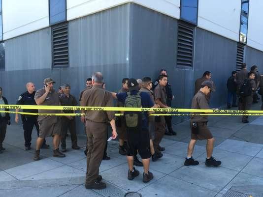 Des employés d'UPS se rassemblent à l'extérieur à la suite de tirs dans leur entreprise, à San Francisco, le 14 juin 2017.