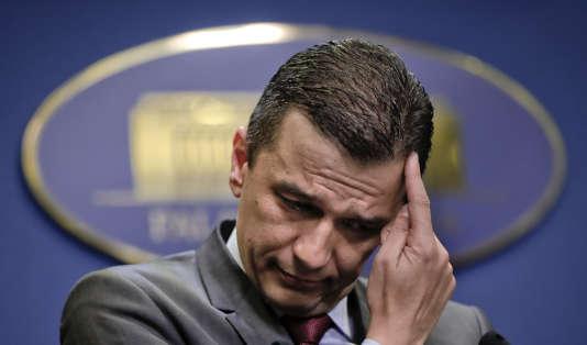 Le premier ministre roumain, Sorin Grindeanu, lors d'une conférence de presse à Bucarest, dans la nuit du 14 au 15 juin.