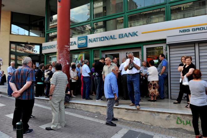 Devant la Greek National Bank, à Thessalonique, dans le nord de la Grèce, le 29 juin 2015.