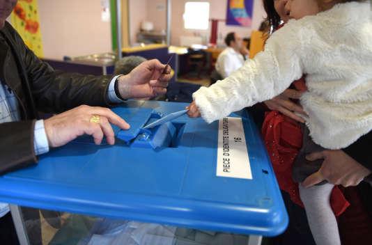 Un bureau de vote à Auxerre, en 2014 dans l'Yonne.