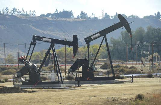 Des forages de pétrole de Chevron à Bakersfield (Californie), le 21 novembre 2016.