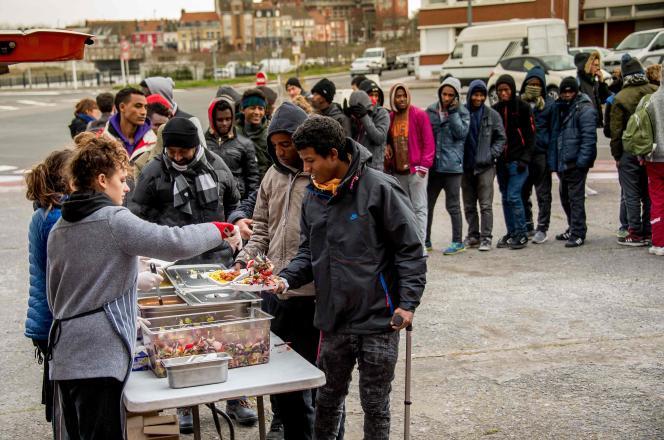 «Actuellement, près de 300personnes dorment dans les sous-bois de la ville voisine de Grande-Synthe, 600 à 700autres à Calais, plusieurs centaines sur les trottoirs de Paris et de Saint-Denis.» (Photo: distribution de repas à Calais, le 22mars.)