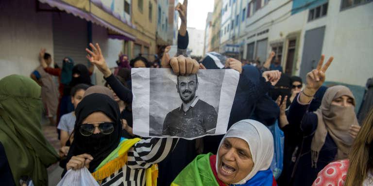 Le 11 juin 2017, à Imouzren, au Maroc, des manifestants brandissent un portrait de Nasser Zefzafi, le leader de la contestation dans le Rif arrêté le 29mai 2017.