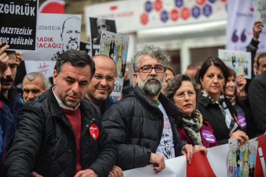 Erol Önderoglu (au centre) défile pour la liberté de la presse, le 9 avril, à Istanbul.
