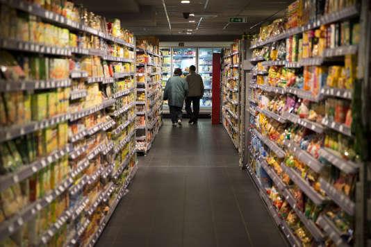 Dans les rayons d'un supermarché, à Paris, en 2014.