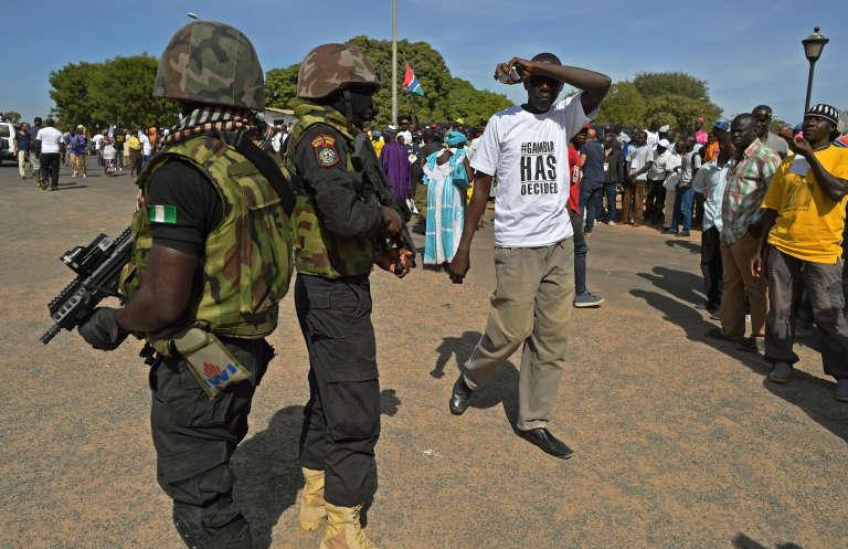 Soldats nigériens du contingent de la Cédéao sécurisent l'aéroport de Banjul, en janvier 2017.