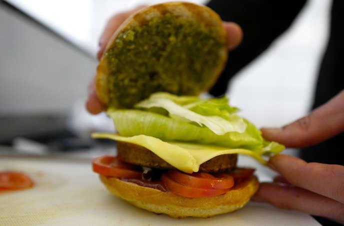 Le chef Johannes Thenerl prépare un «hamburger» végétalien à l'aide d'une galette d'ail sauvage (Baerlauch) au restaurant végétalien «L'Herbivore» à Berlin le 29 avril 2016.