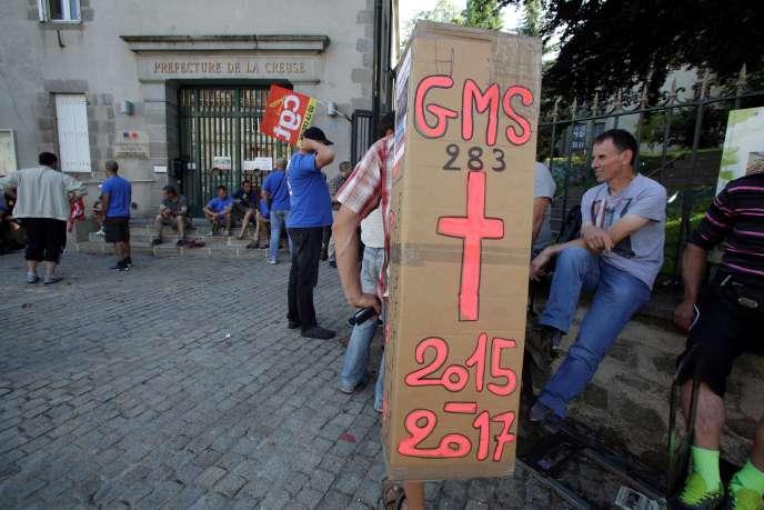 Manifestation des salariés de GM&S devant la préfecture de La Creuse, à Guéret, le 14 juin.