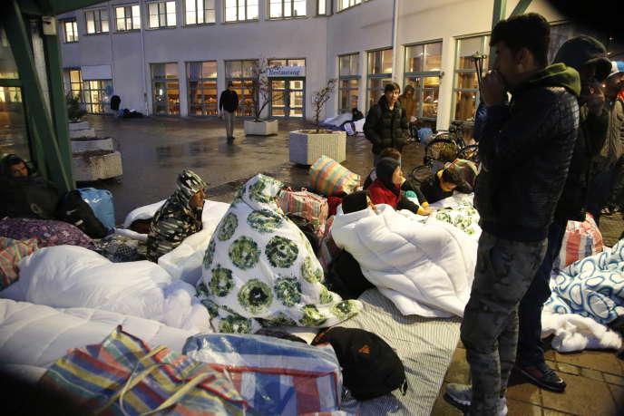 Des réfugiés dorment devant l'entrée du centre d'arrivée de l'Agence suédoise des migrations pour les demandeurs d'asile de Jägersro, à Malmö, en Suède, tôt le20novembre 2015.