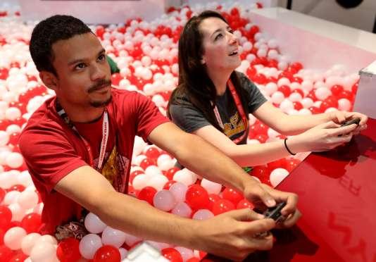 A l'E3, des joueurs dans une piscine à boules.