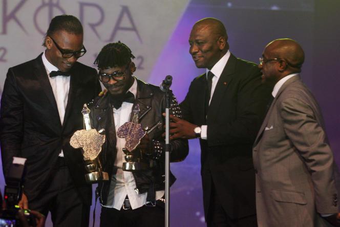 De gauche à droite : Didier Drogba, DJ Arafat, Hamed Bakayoko et Ernest Adjovi, lors des Kora Awards, à Abidjan, le 30décembre 2012.