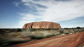 L'inselbergd'Uluru, près d'Alice Springs. La formation rocheuse, aussi connue sous le nom d'Ayers Rock, est classée au Patrimoine de l'Unesco.