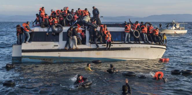Des migrants secourus par des membres de l'ONG Proactiva Open Arms, au large de l'île de Lesbos, en Grèce.