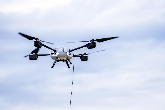 Drones Gard d'Azur Drones est relié au sol par un câble qui assure, entre autre, son alimentation, et lui permet de rester huit heures d'affilée en vol stationnaire.