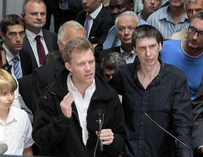 Hervé Ghesquière (à gauche) aux côtés de Stéphane Taponnier, libérés après 18 mois de captivité en Afghanistan, le 30 juin 2011.