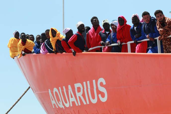 L'«Aquarius» de SOSMéditerranée et Médecins sans frontières arrive dans le port de Salerne avec un millier de migrants à son bord, le 26mai2017.