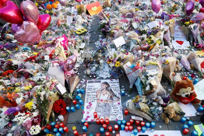 «Les enjeux auxquels nous sommes confrontés dépassent très largement les limites de l'action de l'Etat»(Photo: le 26 mai, à Manchester. Fleurs déposées en hommage aux victimes de l'attentat commis le 22 mai).