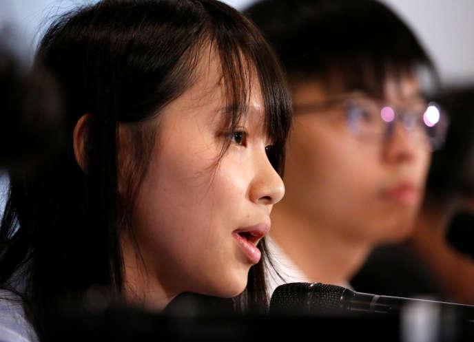 Agnès Chow (au premier plan) et Joshua Wong, deux dirigeants du mouvement d'opposition Demosisto, lors d'une conférence de presse à Tokyo, le 15 juin.