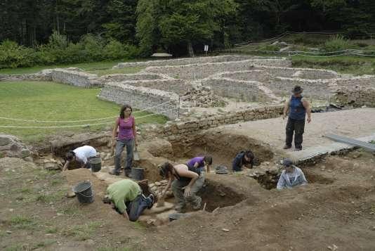 Chantier-école pour adolescents sur le site de la grande maison romaine dite PC1, à Bibracte, session 2011.