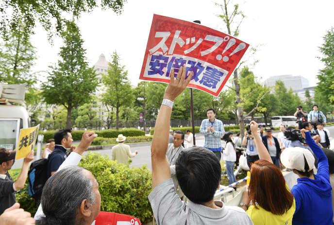 Manifestation devant le Parlement japonais, jeudi 15 juin, à Tokyo, contre le projet de loi anticonspiration du premier ministre, Shinzo Abe.