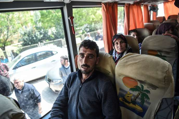 Des rescapés de l'attaque chimique de Khan Cheikhoun sont réacheminés vers la frontière syrienne après avoir été pris en charge en Turquie, près de Reyhanli, le 7 avril.