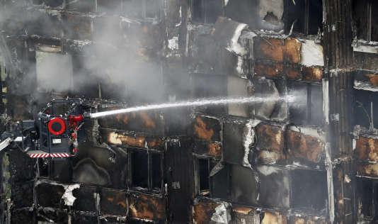 Selon un bilan provisoire, établi jeudi à la mi-journée par la police, l'incendie qui a ravagé dans la nuit de mardi à mercredi cette tour de logements sociaux a fait au moins 17 morts.