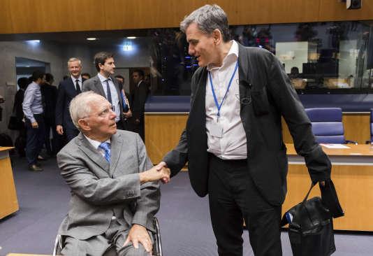 Euclid Tsakalotos, le ministre grec des finances (à droite) et son homologue allemand, Wolfgang Schäuble, lors de l'Eurogroupe le 15 juin, à Luxembourg.