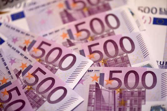 Billets de 500 euros exposés, le 12 février 2016 à Paris.