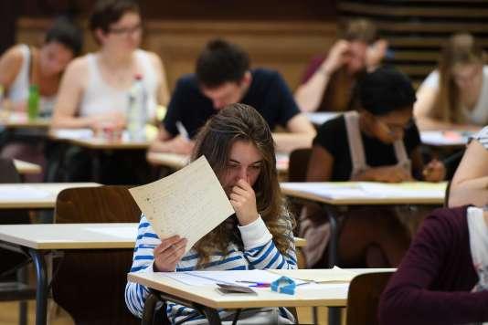 Des lycéens planchent sur l'épreuve de philosophie au lycée Fustel-de-Coulanges (Strasbourg) le 15 juin 2017.