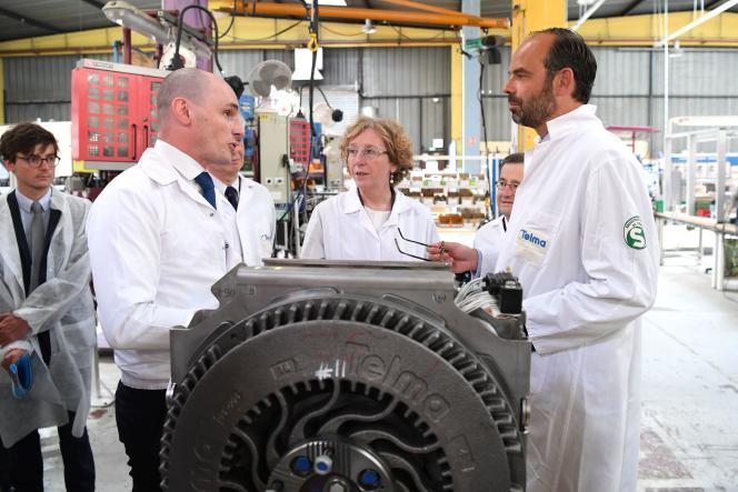 Muriel Pénicaud, ministre du travail, et Edouard Philippe, premier ministre, dans l'usine Telma, à Saint-Ouen-l'Aumône (Val-d'Oise), le 13 juin.