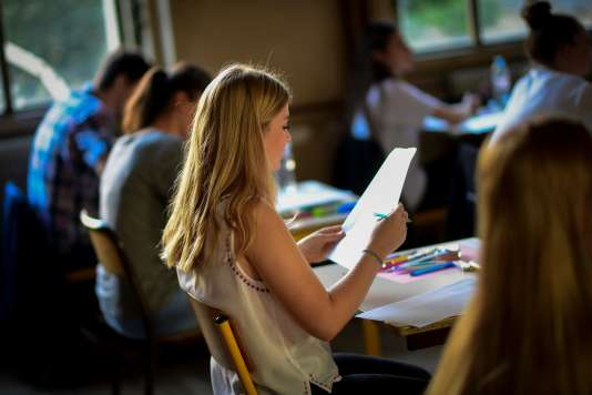 Une lycéenne passe une épreuve du baccalauréat le 15 juin 2017 à Paris.