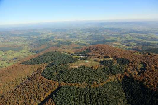 L'empreinte du rempart de Bibracte couronne, dans la forêt, le sommet du mont Beuvray.